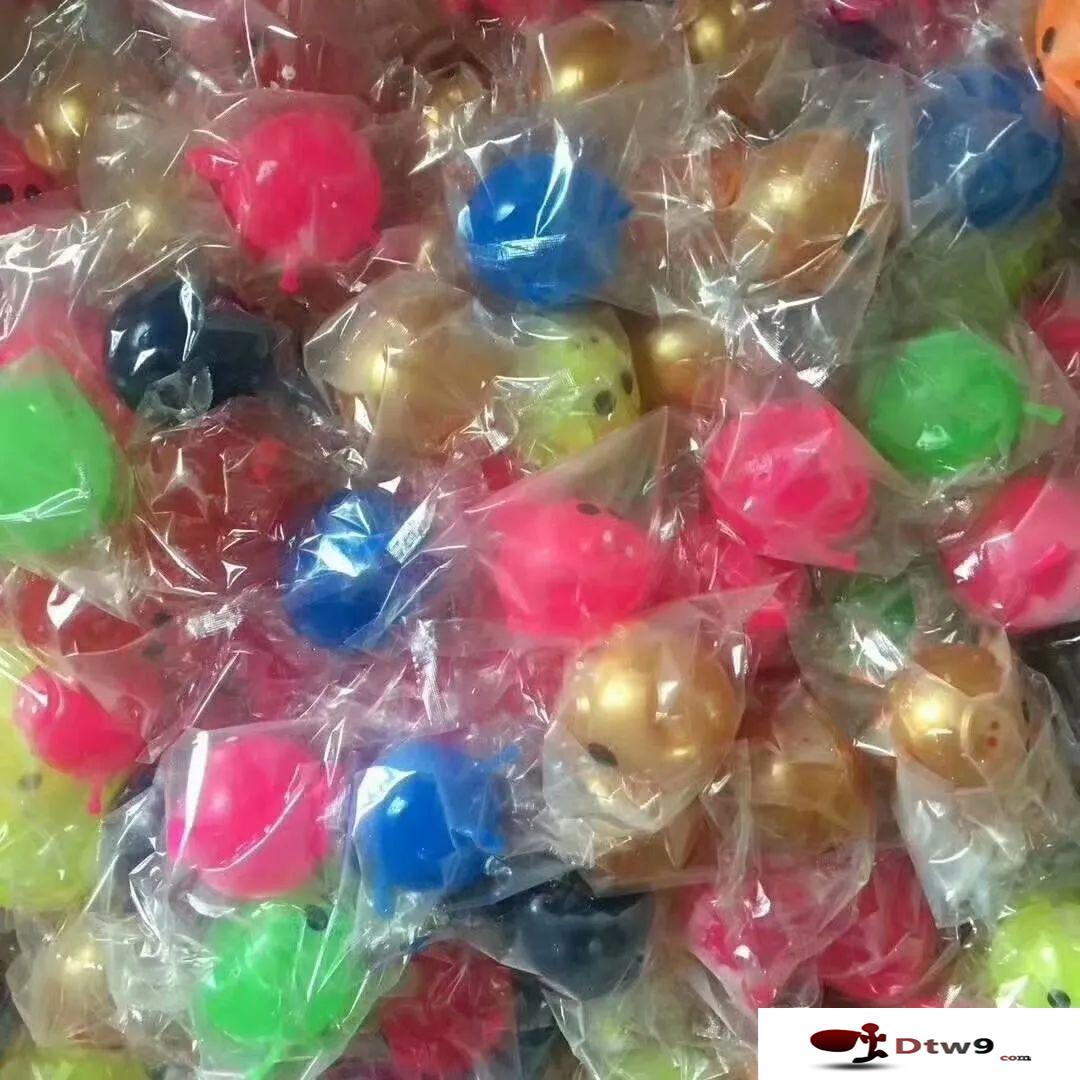 广场公园摆地摊卖儿童玩具,3D立体拼图_涂鸦画中国结_发泄球货源批发