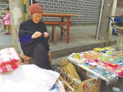 摆地摊80岁老人竟收到假钱,网友指责:不是人