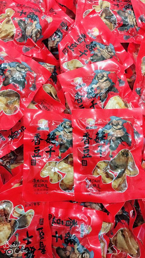 摆地摊香菇豆干,地摊年货小吃零食