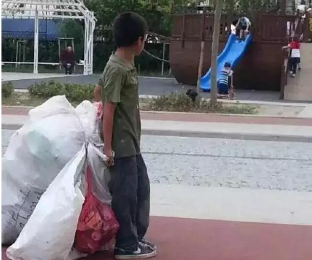 12岁男孩摆地摊养家的样子,真让人心疼-义乌地摊网
